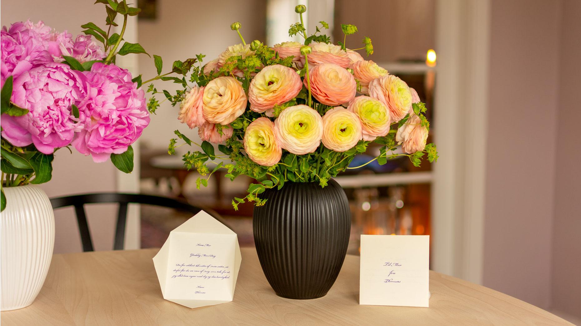 Vaser til Mors Dag fra Michael Andersen Keramik med ranunkler
