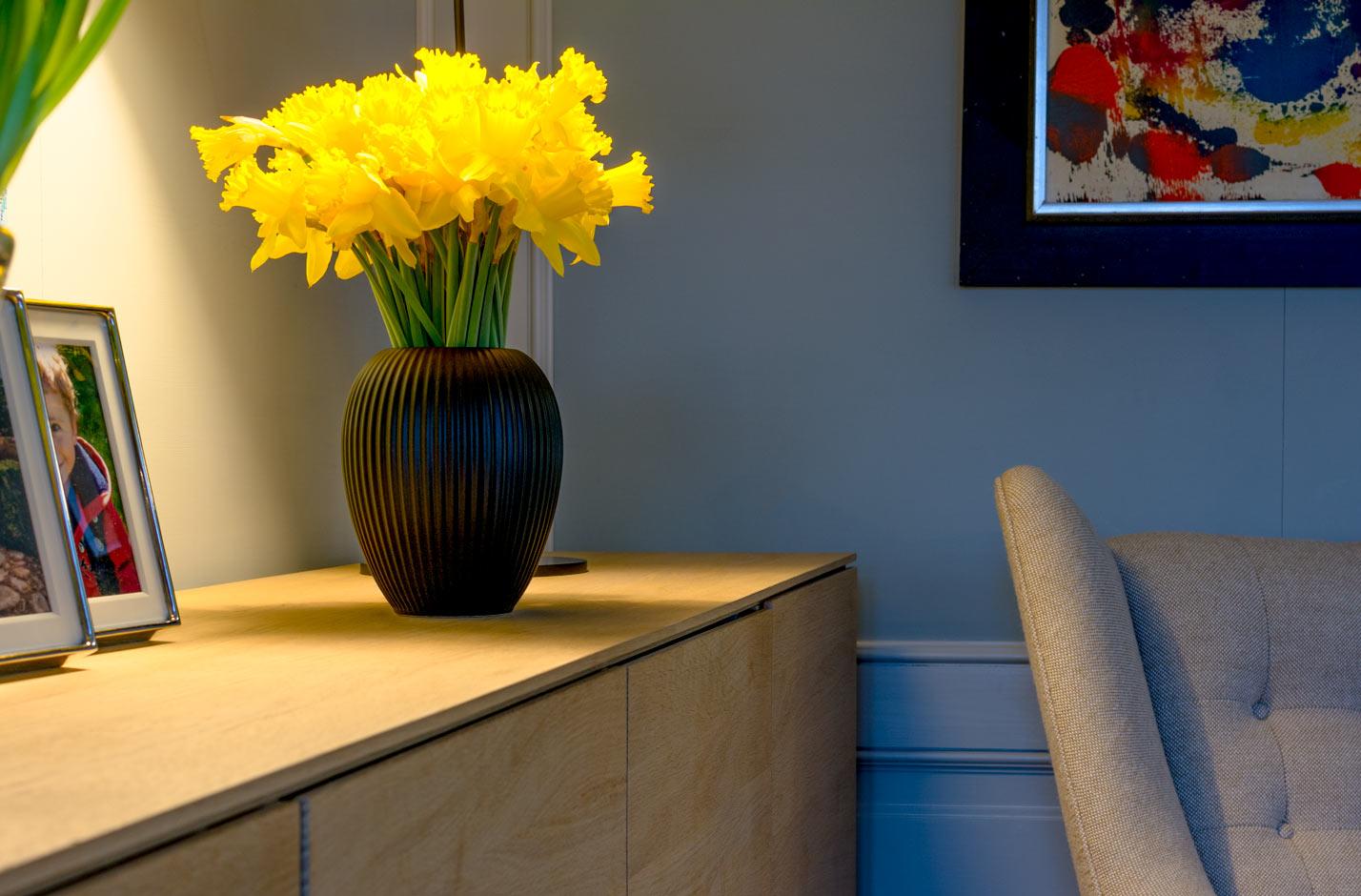 Sort vase i keramik af Michael Andersen Model 4767 størrelse 23 cm med påskeliljer på skænk
