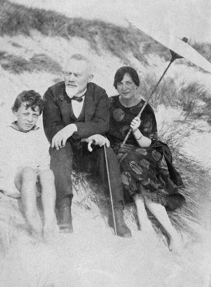 Jens Michael Andersen på stranden med familie