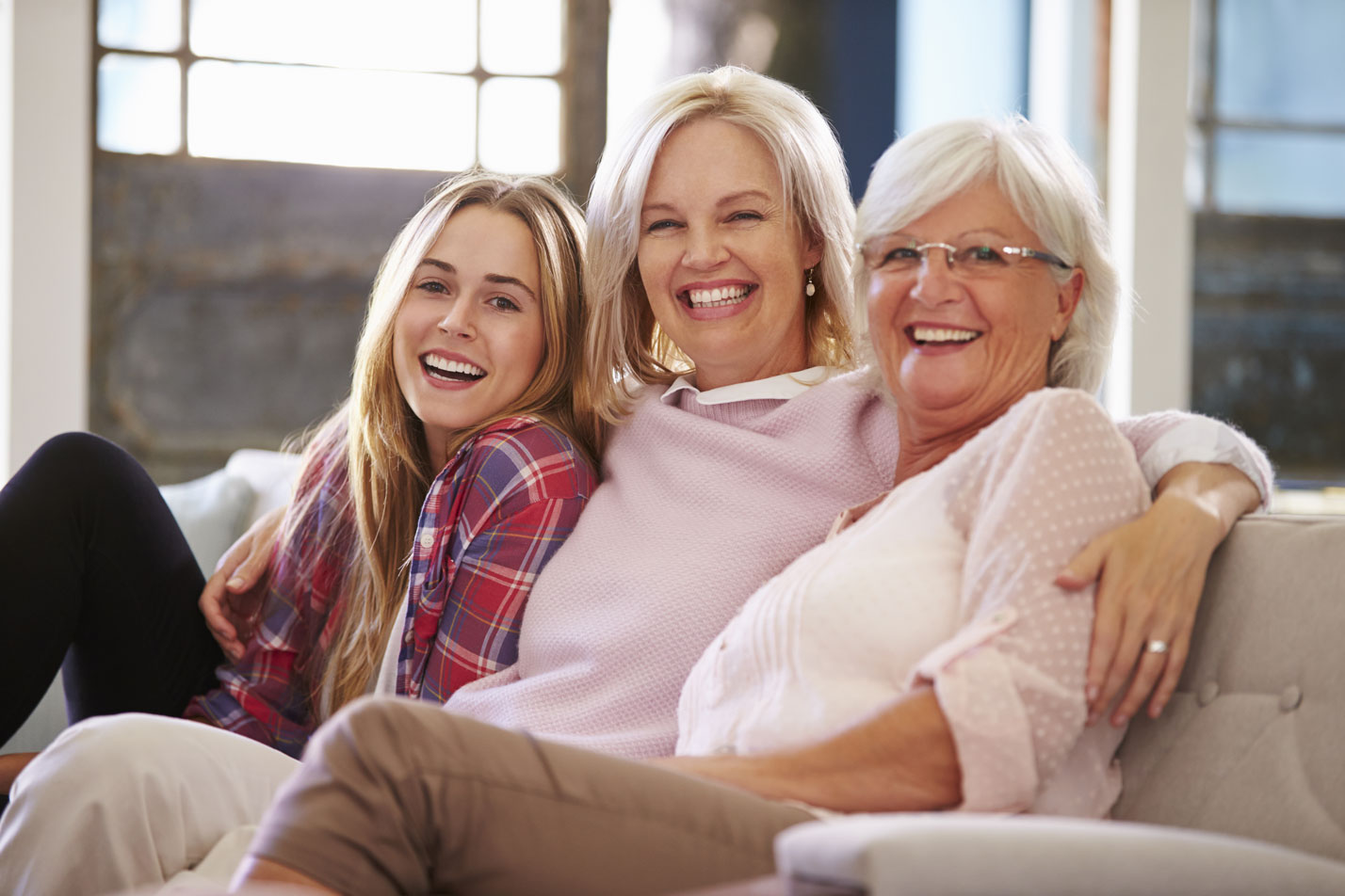 3 generationer kvinder Mors Dag i sofa