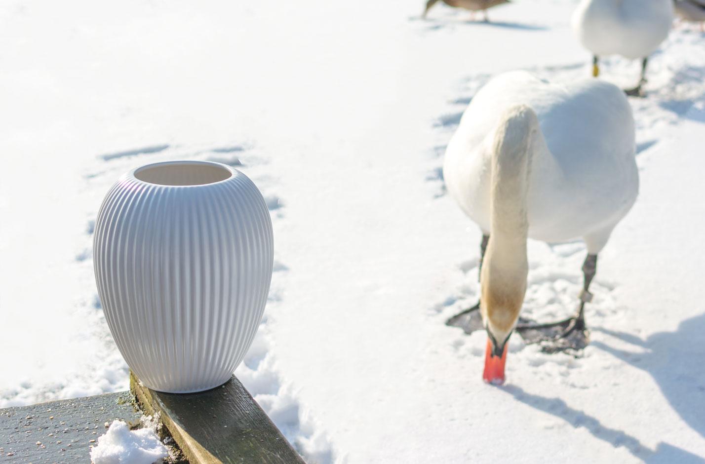 Hvid Michael Andersen Keramik Riflet Vase Model 4767 Med Svane på Frossen Sø