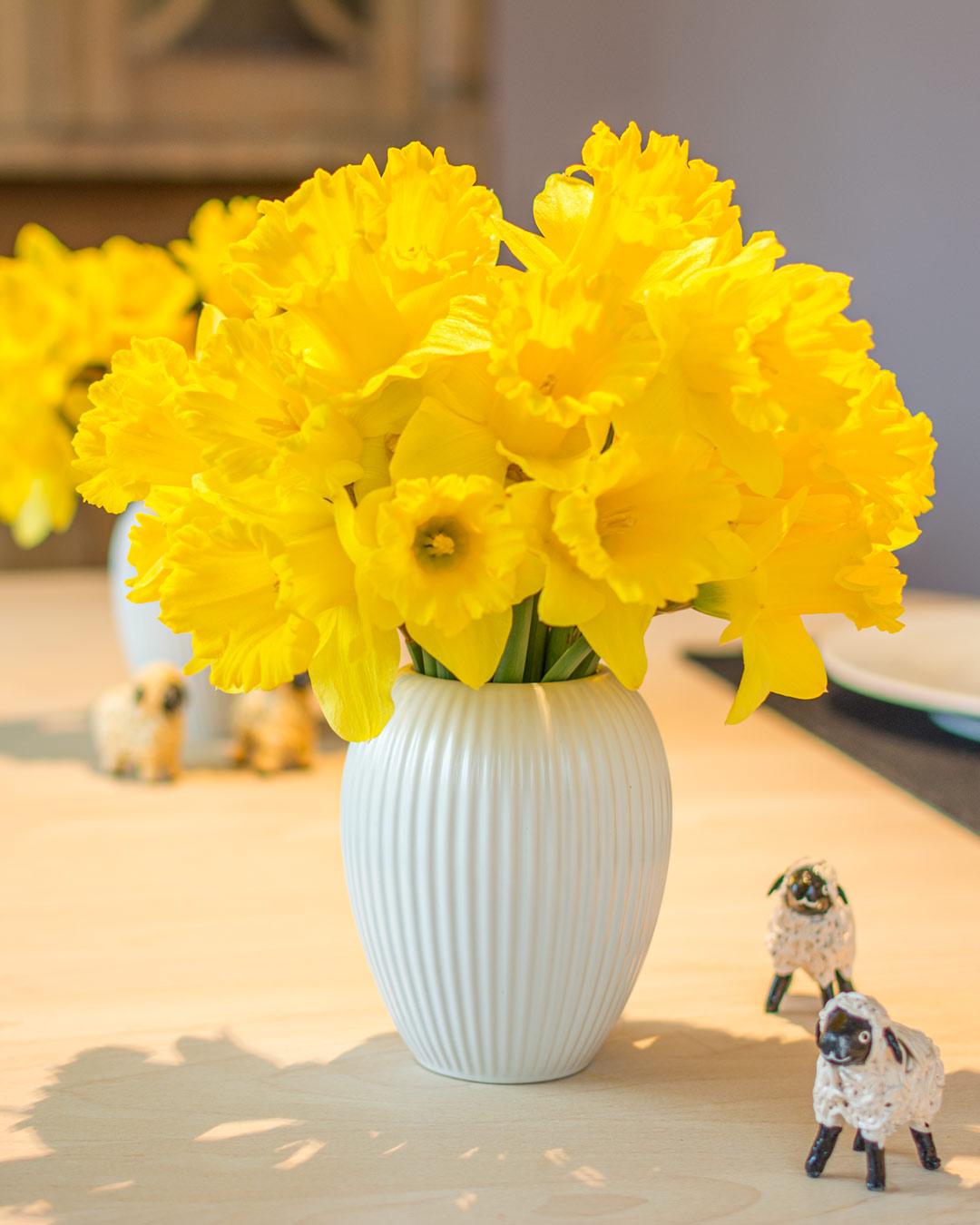 Lille hvid vase fra Michael Andersen Keramik Model 4767 med påskeliljer og påskelam