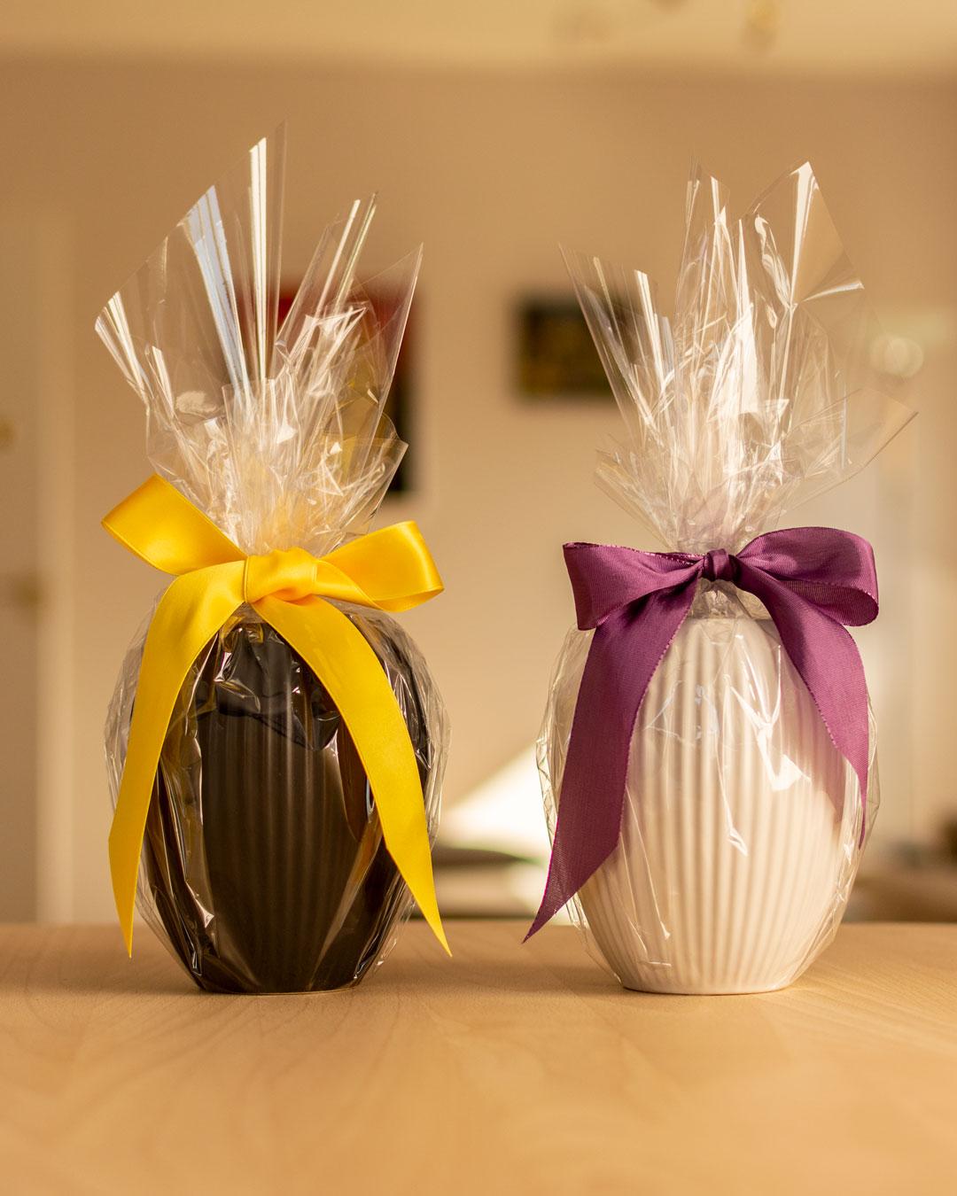 Sort og hvid vase i keramik fra Michael Andersen med gul og lilla sløjfe pakket ind som påskeæg