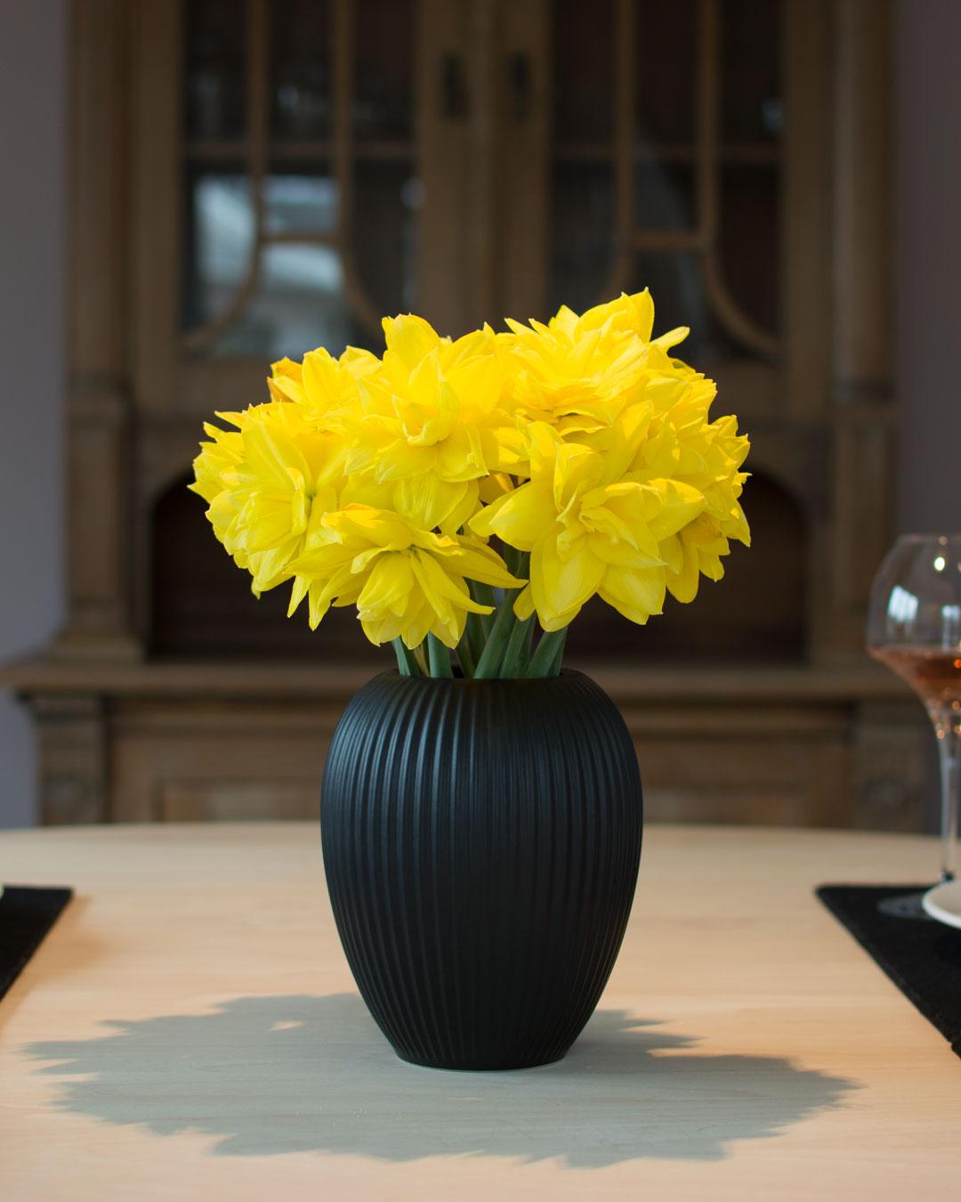 Sort vase fra Michael Andersen Keramik Model 4767 i 18 cm med påskeliljer på spisebord