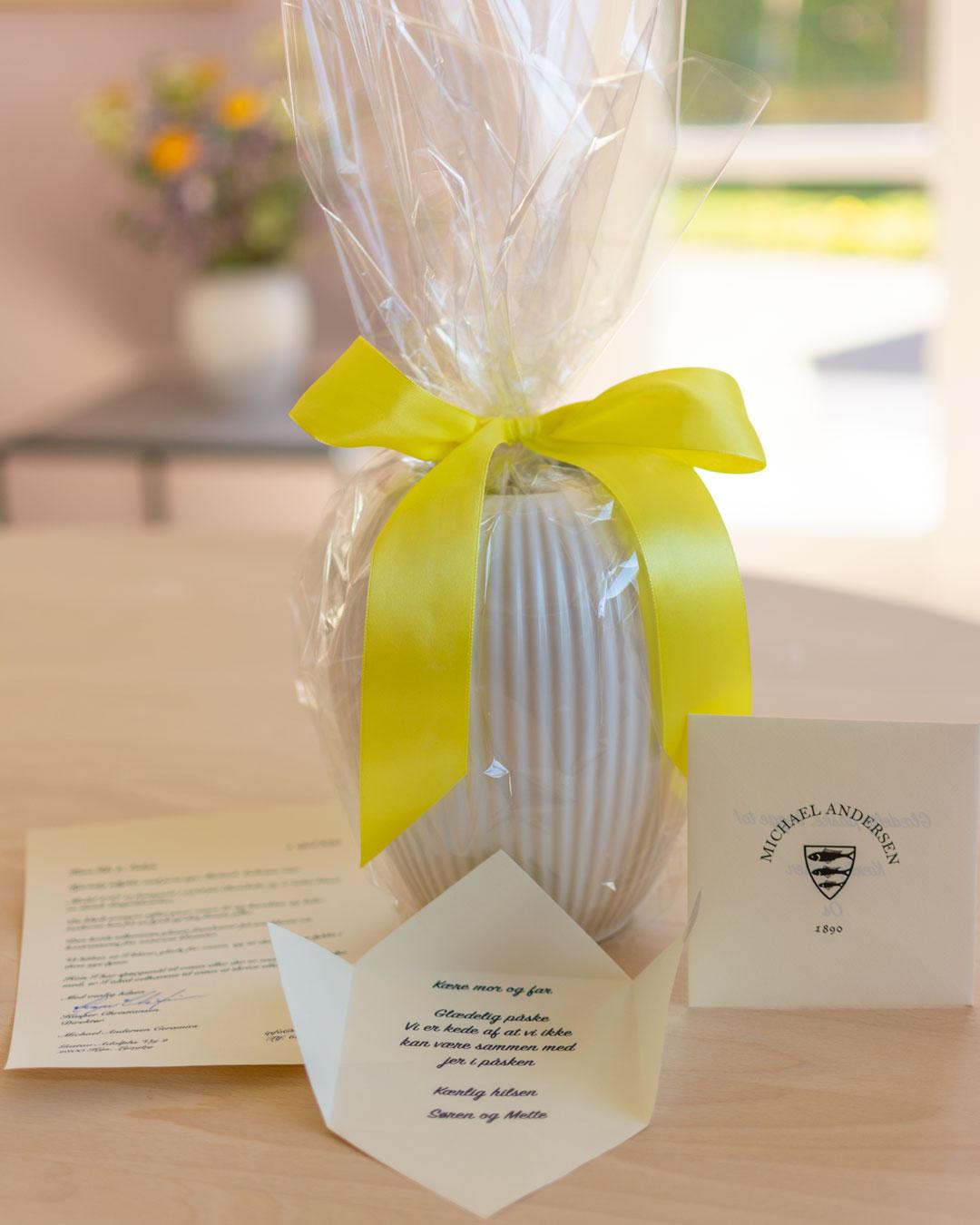 Hvid vase pakket ind som påskeæg med gul sløjfe og personlig hilsen Michael Andersen Keramik Model 4767