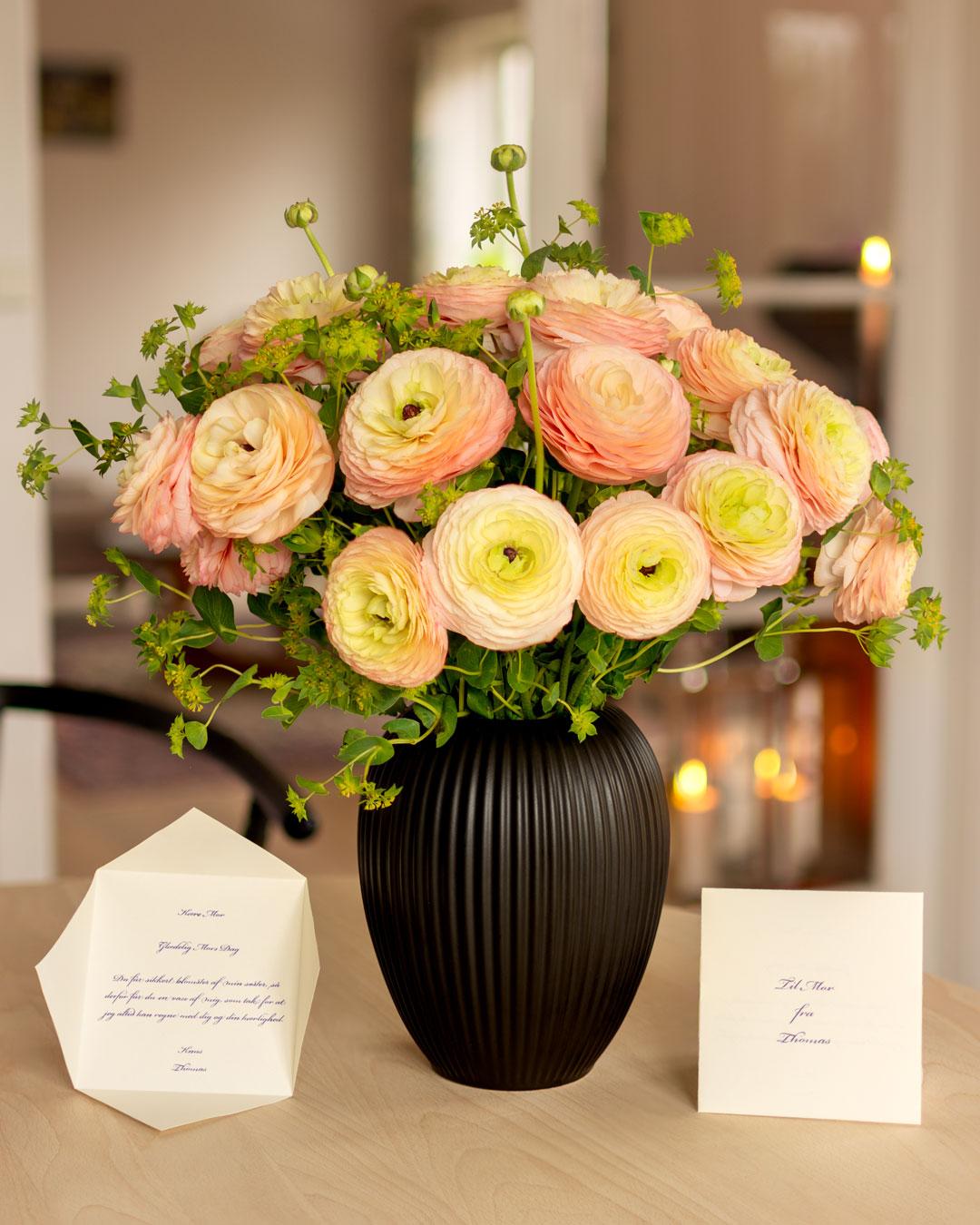 Sort Vase i Keramik med ranunkler og hareører fra Michael Andersen Keramik med Mors Dag hilsen