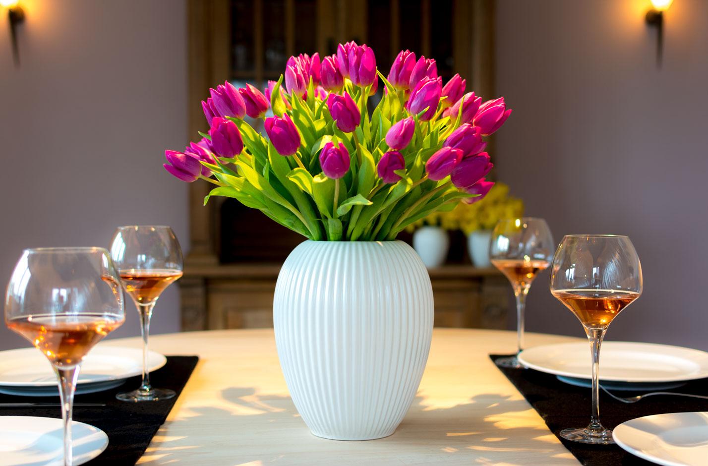Hvid Riflet Michael Andersen Keramik Vase Model 4767 Lilla Tulipaner Middagsbord